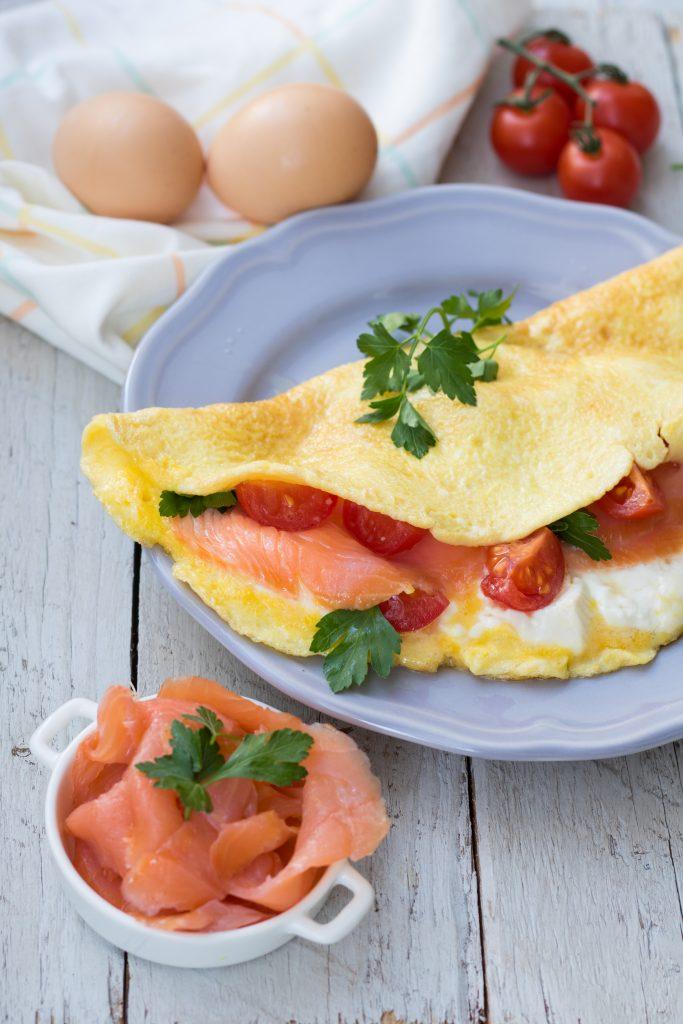 Ricetta Omelette Salmone.Omelette Stracchino Salmone E Pomodorini Fornelli Fuori Sede